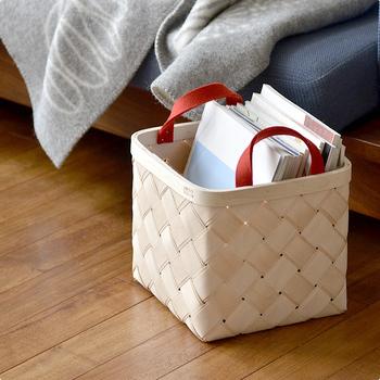 薄く削り出した白樺を柔らかくなめしたあと、2層に重ねて編み込むという北欧に伝わる伝統技法で編んだバスケット。赤いフェルトの持ち手は、良質な羊毛100%を使用しています。
