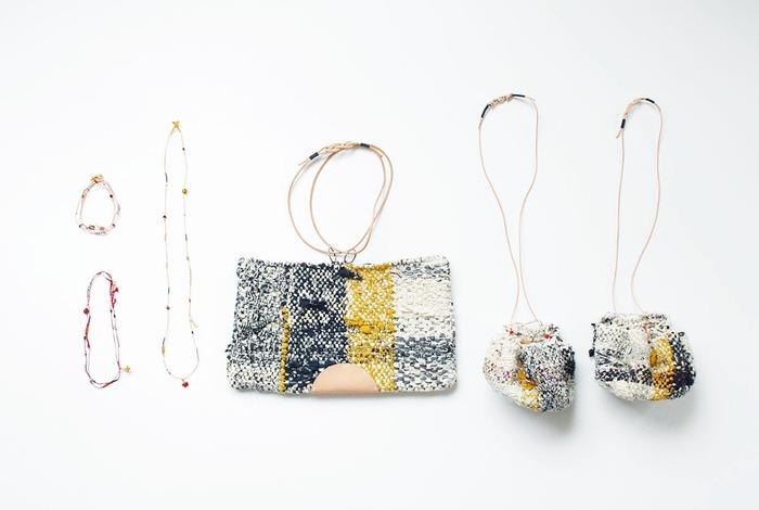 シンプルなファッションにも、京都ならではの着物スタイルにもよく似合う、和のテイストが感じられるバッグやポーチ。日本の昔ながらの裂き編みで作られていて、懐かしさと新鮮さが入り混じって素敵です。