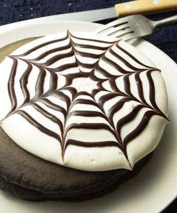 スイーツ作りも、市販のミックス粉などを使えば、簡単にできます。時間のないときなどにぜひおすすめ。写真は、ハロウィンおかしミックス(すぐ下でご紹介)を使って作るスパイダ―ブラックパンケーキ。ブラックココア味のパンケーキにヨーグルトクリームを塗り、チョコソースでスパイダー模様に。