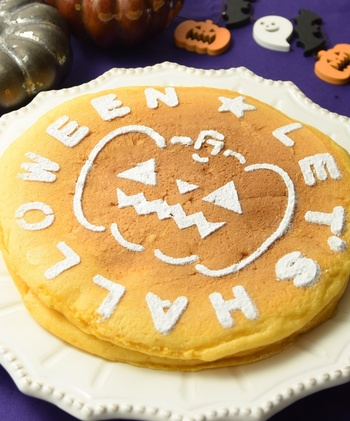 もうひとつ、ハロウィンおかしミックスのパンプキン味を使った、オレンジ色のステンシルパンケーキ。ステンシルをのせて、粉糖をかけます。こんなさりげないデコレーションもいいですね。