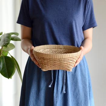 インドネシアのバリ島で作られたバスケットは、現地の女性が荷物を頭に載せて運ぶのに使うもの。転がらないように脚が付いているので、色んな用途に使いやすい形です。