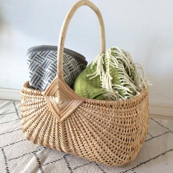 リビングに置いて、さっと取り出したいブランケットを入れたり、趣味の編み物を入れてもおしゃれ。  お買い物カゴ風デザインは、そのままピクニックに持ち出すにも便利。本場ヨーロッパのような素敵な空間に演出してくれるはず。