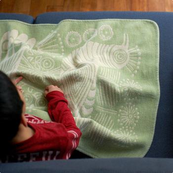 長時間の乗り物移動には、ブランケットがあると、子どもが寝てしまった時のお布団代わりに。普段使っているお気に入りのブランケットだと、お子さんも安心するかもしれませんね。