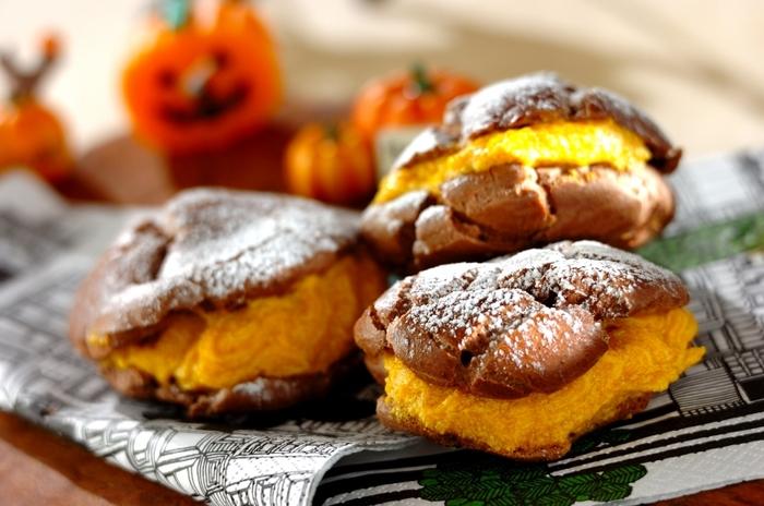 ココアのシュー生地とオレンジ色のかぼちゃクリームは、素敵なコンビネーション♪カスタードクリームと2種類にしたり、ホイップクリームとWクリームにするのもおすすめだとか。