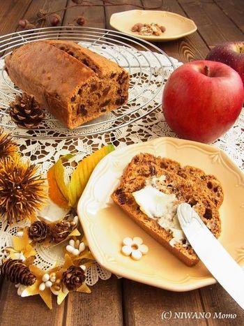 アイルランドのハロウィンに欠かせないスパイスケーキ「ティーブラック(バームブラック)」。紅茶で戻したドライフルーツと、シナモンやナツメグなどのスパイスの香りが印象的な伝統のケーキです。
