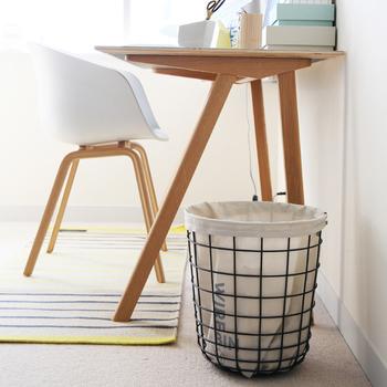 例えば、インテリアに合うゴミ箱が見つからないときには、好みの布やポスターを重ねて◎ 仕上げのデザインは自分次第なんです。