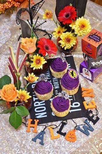紫もハロウィンカラー。紫芋があれば、天然でありながらご覧のような目の覚める紫色に。体にもいいのでおすすめです。このカップケーキは、シフォン生地に近いふわふわ感と、甘さ控えめの優しい味が特徴とか。