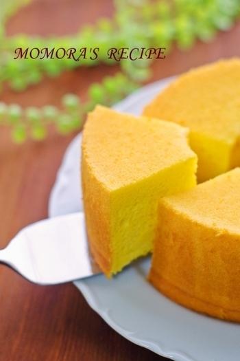 ちょっとむずかしそうなシフォンケーキも、ホットケーキミックスを使って簡単にしっとりふわふわに作ることができます。かぼちゃペーストは、ブレンダーで撹拌するか裏ごしをすると、ふわふわ感がアップするそうです。