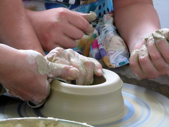 陶芸教室は、自分の感性に合ったところを見つけることが重要です。まずは、お話を聞いて、生徒さんの作った作品を見せてもらうといいですね。どんなうつわを作りたいのかをイメージしておくことも大切です。 陶芸教室では、手びねりかロクロを回して成形を行うのが一般的です。釉薬をかけたり、絵付けをしたりしてから焼成を行います。