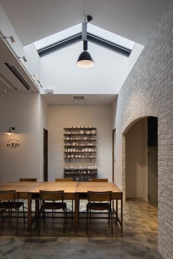 東京メトロ表参道駅から徒歩10分ほど。南⻘⼭の⾻董通り沿いにあるat Kiln AOYAMAは、作家ものの器を展開するショップと気軽に体験ができる陶芸教室が併設された雰囲気の良い複合施設です。