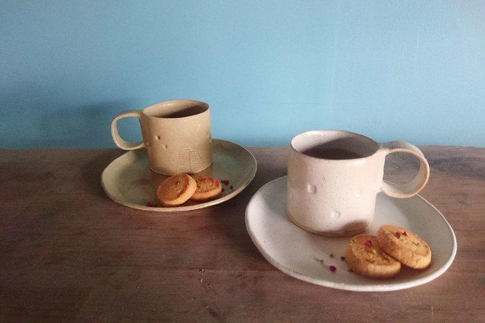 こちらのアトリエでは、ワークショップというかたちで、陶芸体験をすることができます。10月のワークショップのテーマは「カップ&ソーサーを作ろう」です。ケーキ皿としても使える少し大きめのソーサー。マグカップと別々にして使うのも素敵です。