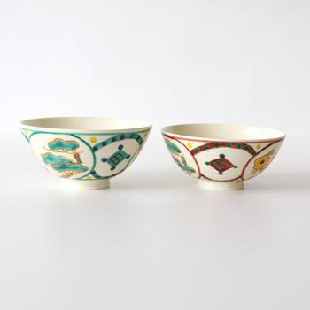 松竹梅のおめでたいモチーフが3面に描かれた清水焼の飯椀。色とサイズが異なるセットなので、お祝いごとの贈り物におすすめ。