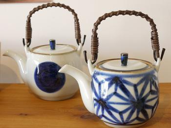 焼き物の町、長崎県波佐見で作られるたっぷりお茶を淹れられる急須をご紹介。急須というより土瓶。一度に2~3人分くらいはいけます。やさしい白磁に青藍色の呉須の模様も素敵。シンプルな、丸を描いた丸文と麻の葉文の二つの絵柄です。