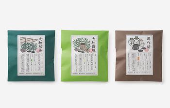 一般的に緑茶は、複数の茶葉の特性を活かしてブレンドする『合組(ごうぐみ)』という方法でつくられます。このお茶は老舗製茶問屋「北田源七商店」が、その100年にもわたる合組の経験を活かしてブレンドしたお茶。選び抜いた茶葉による究極のお茶といえます。お茶の基本となる味や香りはもちろん、淹れたときの色にもこだわっています。左から、「大和冠茶」「大和露地」「源作焙」。それぞれ味も風味も色も違います。