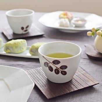 """古くからある""""九谷焼""""の良さをそのままに、日常使いの器を作っている九谷青窯(くたにせいよう)。伝統の技やその色柄の美しさを普段の食卓で楽しめます。 お茶を楽しむのに、ちょうどよいカーブの湯呑み。持ちやすさにもこだわっています。白地に鉄絵で描かれた柄が華やか。"""