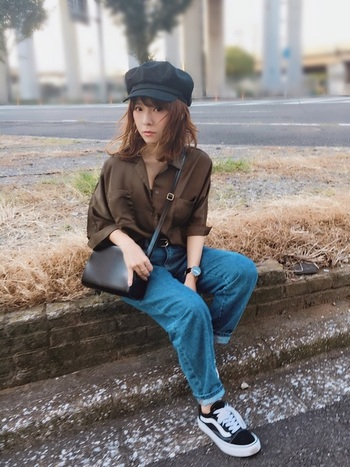 つば付きのキャスケットは少年風に! シャツ、大きめのジーンズ、斜めかけバッグ…とボーイッシュなコーディネート。 ですが、シャツを光沢のある素材にしたり、ヘアスタイルをアンニュイにすることによって、どこかしらフェミニンな要素が感じられるバランスコーデです。