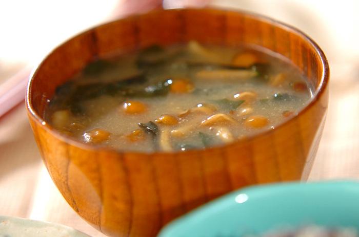 なめこの自然なとろみが味噌汁にはとてもよく合います。ワカメもプラスして、彩りよく仕上げました。口当たりがやさしいので、あまりたくさん食べられない朝にもおすすめです。