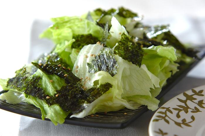 ちぎったレタスに熱したごま油をかけるとじゅっと音がして、いい香りが漂います。韓国のりと白ごまをふったら、旨みのある簡単サラダが出来上がります。
