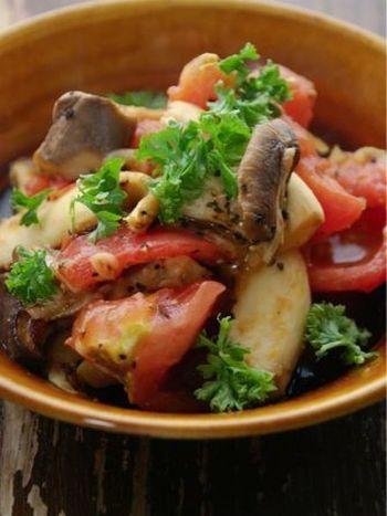 なんとトマトもエリンギも手で割いてしまうという大胆なレシピです。手で割くことによって、味がしみこみやすくなるので、包丁を洗う手間も省けて、一石二鳥ですね。