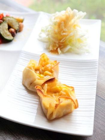 ツナもコーンも缶詰を使えば、包丁なんて必要ありません。餃子の皮で包んで、オーブントースターで焼き上げれば完成です。ぱっと出せる酒の肴としても使えます。