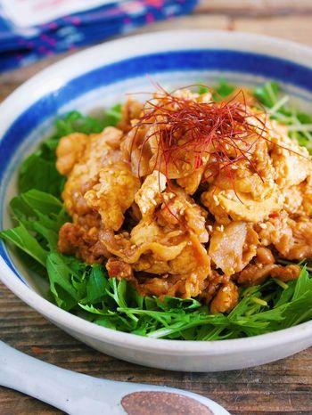 なんとフライパンで蒸し焼きにするという斬新なレシピの麻婆豆腐です。豚バラ肉を使っているので、お弁当のおかずとしても重宝します。糸唐辛子をのせると彩りもよくなり、より美味しそうに見えます。