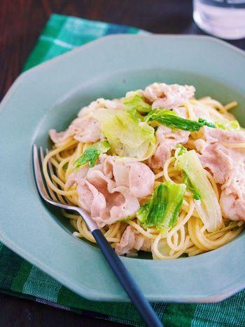 豚肉もレタスもパスタと一緒に茹で上げてしまうという驚きの時短レシピです。柚子胡椒の効いたマヨソースをたっぷりと絡めて、お腹も満足のひと品になりました。
