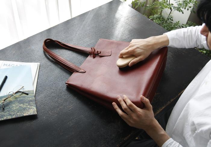 はじめにブラッシングや乾拭きで、バッグの汚れやほこりを落とします。次に型崩れ防止のために、バッグの中にやわらかい布や丸めた新聞紙を入れます。新聞紙は適度に湿気を吸い、インクによる防虫効果もありますが、内装にインクが写る場合があるので布などにくるんで入れてくださいね。
