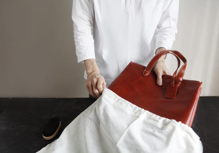 """保管する際は製品が包まれていた「不織布の袋」に入れましょう。ビニール袋などでは通気性が悪く、塗料などに反応して変質・癒着を起こす可能性があります。不織布の袋に入れた後は、通気性が良く直射日光が当たらない場所を選び、型崩れしないよう""""縦置き""""で保管してください。"""