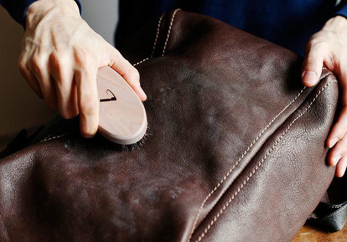 使用するものは馬毛の革用ブラシと、やわらかい布です。はじめに馬毛の革用ブラシを使って、バッグについている白い粉や皮膜を払います。