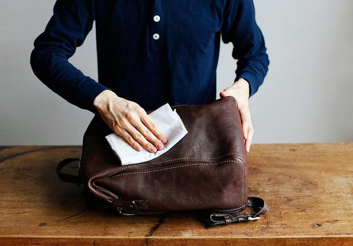 次にやわらかい布でバッグを優しく拭きながら乾拭きを繰り返し、表面の白い粉が消えたら完了です。対処方法はとっても簡単ですが、日頃からバッグをマメに使って「ブルーム」の予防をするのも大事なポイントです。クローゼットにしまっている時も、できるだけ革の状態をこまめにチェックしながら保管してくださいね。