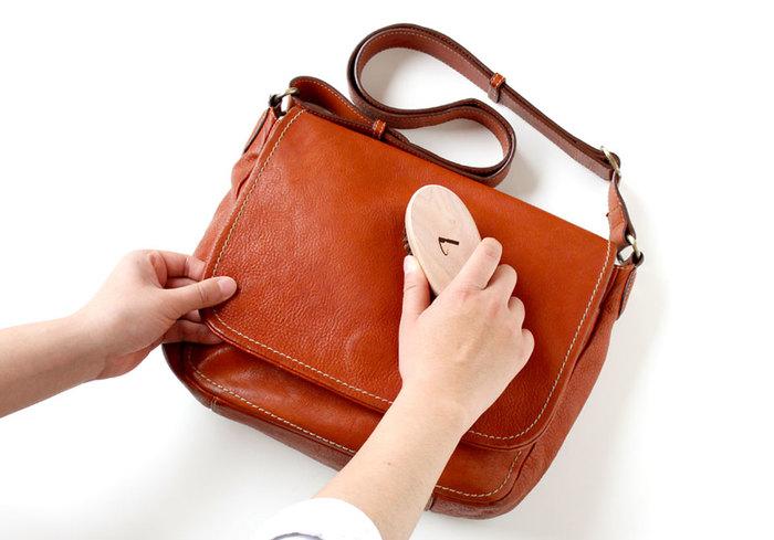 はじめに乾拭きやブラッシングをして、バッグのホコリを落とします。革表面が綺麗になったら、柔らかい布にクリーナーを数滴出します。クリーナーの量が多いと色落ちの原因になるので、付けすぎに注意してくださいね。