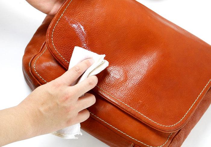 はじめに乾拭きやブラッシングで、バッグ表面のホコリを落とします。次にやわらかい布に1円玉くらいの量のオイルをとり、バッグ全体に円を描くように薄く塗り広げます。オイルは付けすぎるとシミの原因になるので、使いすぎないように注意してくださいね。