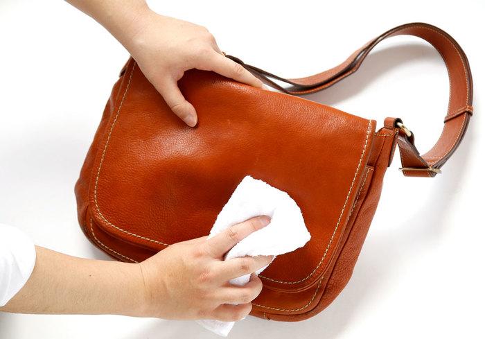 バッグ全体にオイルを塗り終えたら、30分~1時間かけて乾燥させます。仕上げに柔らかい布で全体を乾拭きして、余分なオイルを拭き取ったら完了です。