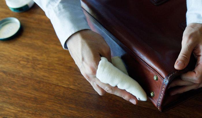 """オイルケアのポイントは""""少量のオイルを手早く均一に塗り広げる""""こと。バッグの素材によってはオイルを塗ると色落ちしてしまう場合があるので、必ずバッグの底部分など、目立たないところでテストしてから使用してくださいね。"""