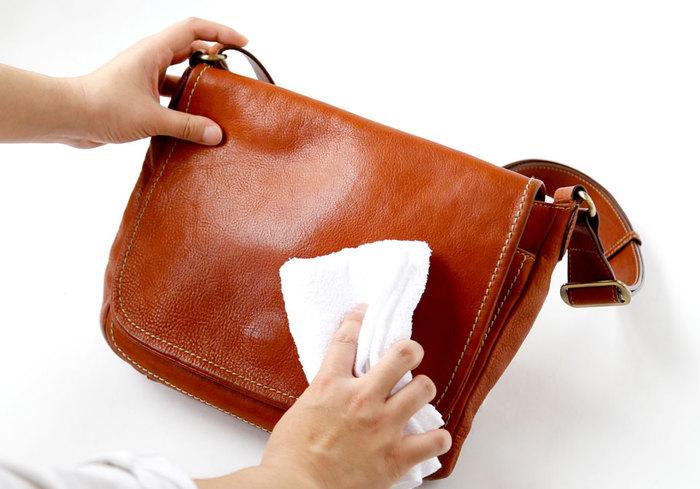 全体がしっとりと濡れる程度にスプレーしたら、20~30分かけて乾燥させます。完全に乾いたら仕上げにやわらかい布で乾拭きして、全体になじませたら完了です。バッグの目立たないところに水を少量垂らして、革の上で水が球状になるかテストしてみてくださいね。