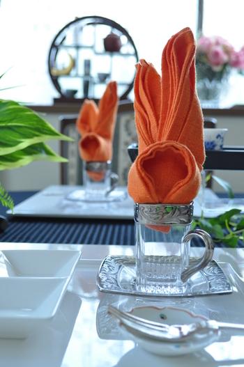 立体的なバニーモチーフのナプキンは、ゲストを楽しい気分にさせてくれる素敵なおもてなし。