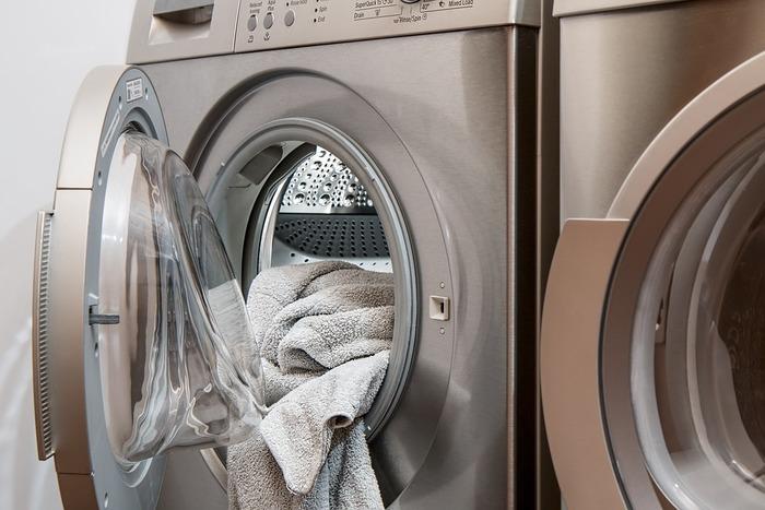 乾燥機で乾かすと、温かい空気でループが起き上がってふんわりと仕上げてくれますよ。でも毎回乾燥機で乾かすには、電気代やガス代が気になりますよね…。乾燥機で完全に乾かさなくても、干す前に10~30分程度乾燥機に入れてから、外に干すのもOKです♪