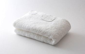 写真からも伝わってくるふわふわ感。今治で生まれた「MASIRO」のバスタオルは、まるで粉雪に包まれているかのような感覚が味わえる一枚です。空気をたっぷりと含んだ無撚糸が使われ、折り機の限界を超えたと言われる最長パイルで、包まれるととろけてしまいそう…♪一度使うと、ずっと包まっていたくなるかも。