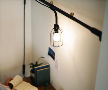 小さなランプもあるから、デスクスペースにも。壁際の狭いパソコンスペースでも、場所を取られずに明かるくすることができます。
