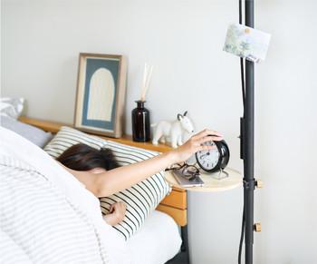 リビングの他、ベッドルームでも便利そう。ベッド周りの細かなアイテムを置くのにぴったりです。