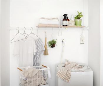 ハンガーや洗剤など、突っ張り棒にかけられるアイテムが揃っているのがランドリースペース。好きな位置に設置できるから、自分の身長に合わせて使いやすくカスタマイズできます。