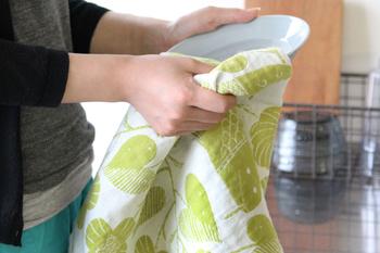 もちろん食器拭き用にも。さっとひと拭きすれば水気もしっかり吸い取ってくれます。食器洗い後のお片付けも短時間で済みそうです。
