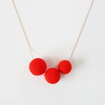 Beaded Beads(ビーズドビーズ)と呼ばれる丸いモチーフを3つ連ねたネックレス。コロンと丸いモチーフも、勿論ビーズを編み上げて作られています。マットな質感のビーズを使っているので、一見すればビーズに見えないかも。