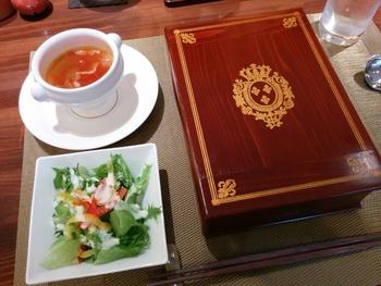 1日10食限定の文庫ランチ「マリーアントワネット」は、本のお重に入ったランチをいただけます。