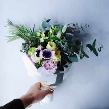 花をまるで習慣のように気軽にプレゼントできる人は、女性でも男性でもやっぱり素敵。でも、簡単なようでいて実はしっかりとセンスが問われるお花のギフト。  「数ある花屋の中から何を基準に選べばいいのか分からない…。」「どんな花が喜んでもらえるのか分からない…。」いざ贈ろうと思っても、色々と迷ってしまいがちです。
