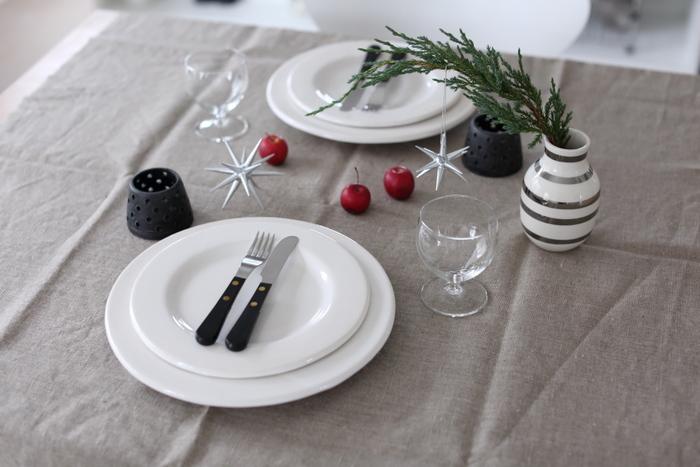高級レストランのような糊のパリッときいたテーブルクロスはちょっと緊張してしまいますが、リネンのテーブルクロスなら程よいリラックス感があって普段使いにぴったり。カラーもナチュラルなものが多いので、インテリアともきちんと馴染んでくれます。