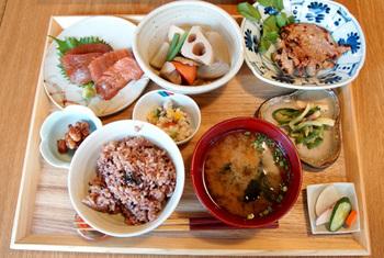 おかどめぐみこさんが新鮮で安心な食材とレシピで作る、どこか懐かしい「日本のおうちごはん」のようなメニューも人気。