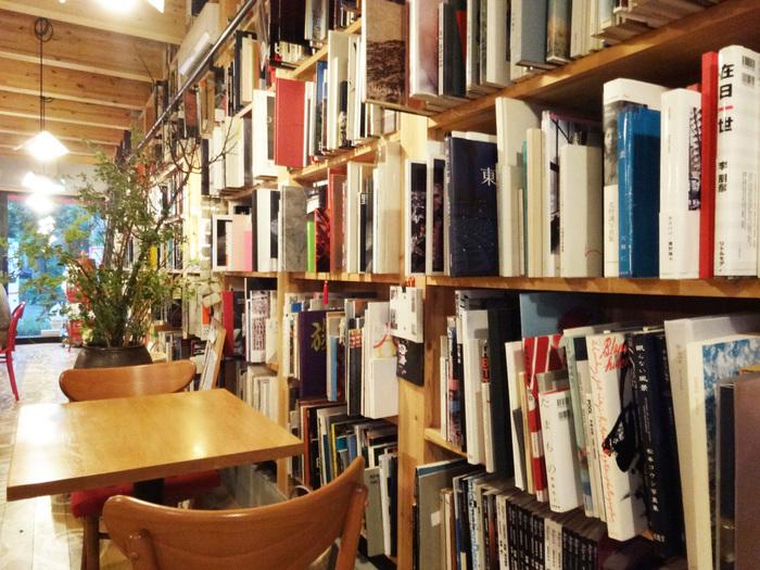 名前に写真食堂とあるように、写真評論家・飯沢耕太郎さん所蔵の約5000冊もの写真集が壁一面にびっしりと作家別・年代別に並んでいます。