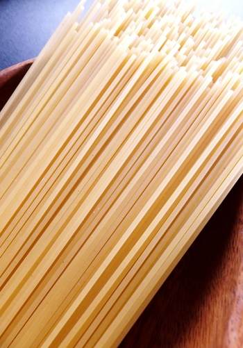 ロングパスタは長さは勿論のこと、その太さや形によって名前も変わります。普段目にすることが多い、直径約1.9mmの丸型のものが「スパゲッティ」。そしてそのスパゲッティより少し細い、直径約1.6mmの丸型のものが「スパゲッティーニ」、さらに細い糸状のパスタが「カッペリーニ」になります。このカッペリーニの語源は「毛」という意味なんです。パスタの語源を知るのもまた面白いですよね。