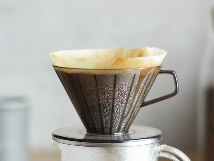 「ペーパードリップ」とは、その名の通り紙製のフィルターを使ってコーヒーを抽出する方法のことです。手軽な方法なので、この方法で普段のコーヒーを淹れているという人が多いのではないでしょうか?  ペーパーフィルターにコーヒーの余計な油分が吸収されるため、クリアでスッキリとした味わいのコーヒーが楽しめます。